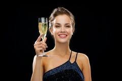 Uśmiechnięta kobieta trzyma szkło iskrzasty wino Obrazy Stock