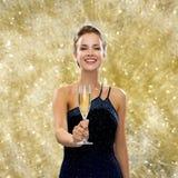 Uśmiechnięta kobieta trzyma szkło iskrzasty wino Zdjęcie Royalty Free