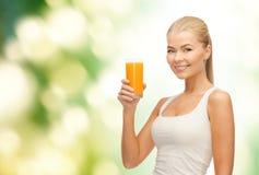 Uśmiechnięta kobieta trzyma szkło sok pomarańczowy zdjęcia stock