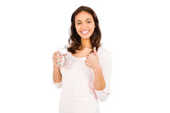 Uśmiechnięta kobieta trzyma szkło woda z aprobatami Obraz Stock