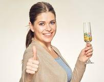 Uśmiechnięta kobieta trzyma szklaną z witamin pigułkami Zdjęcie Royalty Free