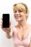 Uśmiechnięta kobieta trzyma up jej telefon komórkowego Obrazy Stock