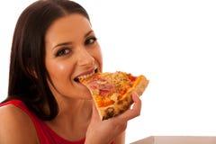 Uśmiechnięta kobieta trzyma wyśmienicie pizzę w kartonu pudełku Fotografia Royalty Free
