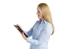 Uśmiechnięta kobieta używa ekran sensorowy pastylkę Zdjęcie Royalty Free
