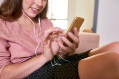 Uśmiechnięta kobieta używa mobilnego app zdjęcie royalty free