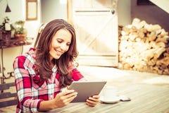 Uśmiechnięta kobieta używa pastylkę Zdjęcia Stock