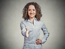 Uśmiechnięta kobieta, uczeń, obsługa klienta agent daje ci uściskowi dłoni Fotografia Stock
