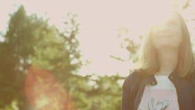 Uśmiechnięta kobieta w świetle słonecznym zdjęcie wideo