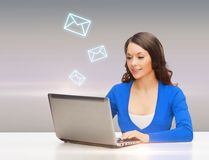 Uśmiechnięta kobieta w błękitów ubraniach z laptopem zdjęcia royalty free