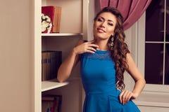 Uśmiechnięta kobieta w błękit otwartej sukni z koronkowym pobliskim antykwarskim okrzyki niezadowolenia z powrotem Zdjęcia Stock