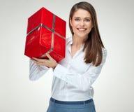 Uśmiechnięta kobieta w białego koszulowego mienia prezenta dużym czerwonym pudełku Obraz Stock