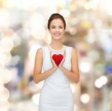 Uśmiechnięta kobieta w biel sukni z czerwonym sercem Zdjęcie Royalty Free