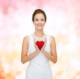 Uśmiechnięta kobieta w biel sukni z czerwonym sercem Obraz Stock