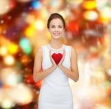Uśmiechnięta kobieta w biel sukni z czerwonym sercem Zdjęcia Royalty Free