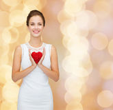 Uśmiechnięta kobieta w biel sukni z czerwonym sercem Fotografia Stock