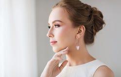 Uśmiechnięta kobieta w biel sukni z perełkową biżuterią zdjęcia royalty free