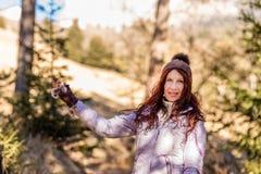 Uśmiechnięta kobieta w drewnach fotografia stock