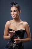 Uśmiechnięta kobieta w galanteryjnej sukni z koktajlem Zdjęcia Stock