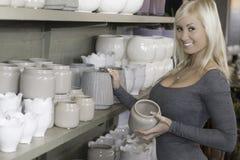 Uśmiechnięta kobieta w garncarstwo sklepie Zdjęcie Royalty Free