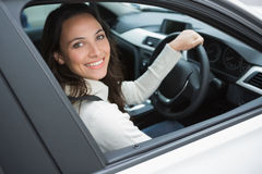 Uśmiechnięta kobieta w kierowcy siedzeniu Fotografia Royalty Free