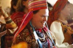 Uśmiechnięta kobieta w krajowym pióropuszu zdjęcia royalty free