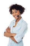Uśmiechnięta kobieta w rękach uwalnia słuchawki przyrząd Obrazy Stock