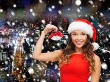 Uśmiechnięta kobieta w Santa pomagiera dźwięczenia i kapeluszu dzwonach Zdjęcie Royalty Free