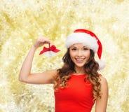 Uśmiechnięta kobieta w Santa pomagiera dźwięczenia i kapeluszu dzwonach Obraz Royalty Free