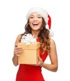 Uśmiechnięta kobieta w Santa pomagiera kapeluszu z prezenta pudełkiem Fotografia Royalty Free