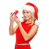 Uśmiechnięta kobieta w Santa pomagiera kapeluszu z prezenta pudełkiem Zdjęcie Stock