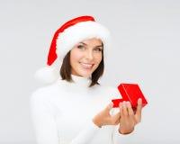 Uśmiechnięta kobieta w Santa pomagiera kapeluszu z prezenta pudełkiem Fotografia Stock