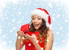 Uśmiechnięta kobieta w Santa pomagiera kapeluszu z prezenta pudełkiem Obrazy Stock