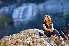 Uśmiechnięta kobieta w skałach Zdjęcie Stock