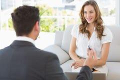 Uśmiechnięta kobieta w spotkaniu z pieniężnym doradcą Obraz Stock