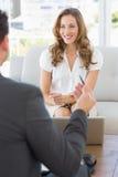 Uśmiechnięta kobieta w spotkaniu z pieniężnym doradcą Zdjęcia Stock