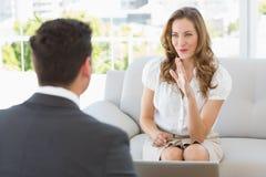 Uśmiechnięta kobieta w spotkaniu z pieniężnym doradcą Zdjęcie Stock