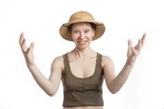 Uśmiechnięta kobieta w tropikalnym hełmie rozprzestrzenia jego ręki szerokie obrazy royalty free