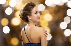 Uśmiechnięta kobieta w wieczór sukni i perła kolczyku zdjęcie stock