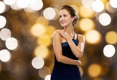 Uśmiechnięta kobieta w wieczór sukni i perła kolczyku fotografia stock