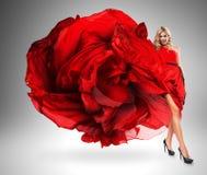 Uśmiechnięta kobieta w wielkiej czerwieni sukni Zdjęcia Royalty Free
