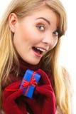 Uśmiechnięta kobieta w woolen rękawiczkach z zawijającym prezentem dla bożych narodzeń lub innego świętowania Zdjęcia Royalty Free