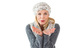 Uśmiechnięta kobieta w zimy mody dmuchaniu przy kamerą Fotografia Stock