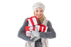 Uśmiechnięta kobieta w zimy mody mienia teraźniejszość Zdjęcia Stock