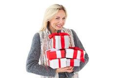 Uśmiechnięta kobieta w zimy mody mienia teraźniejszość Fotografia Royalty Free