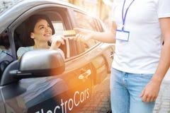 Uśmiechnięta kobieta wręcza kredytową kartę pracownik Zdjęcie Stock