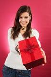 Uśmiechnięta kobieta z boże narodzenie prezentem zdjęcia stock