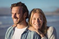 Uśmiechnięta kobieta z chłopak pozycją przy plażą Fotografia Stock