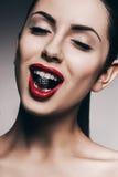 Uśmiechnięta kobieta z chrom piłką w usta zdjęcia stock