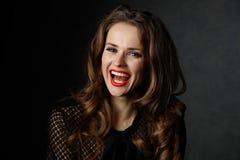 Uśmiechnięta kobieta z długimi falistymi brown włosianymi i czerwonymi wargami zdjęcia royalty free