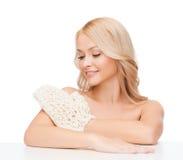 Uśmiechnięta kobieta z exfoliation rękawiczką Fotografia Stock